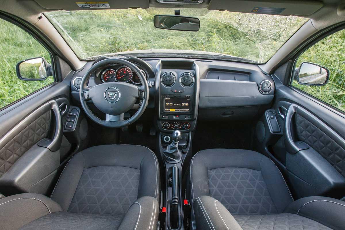 פנים הרכב וסביבת הנהג של דאצ'יה דאסטר 2015 החדשה  במבחן שטח מול סובארו xv 1.6
