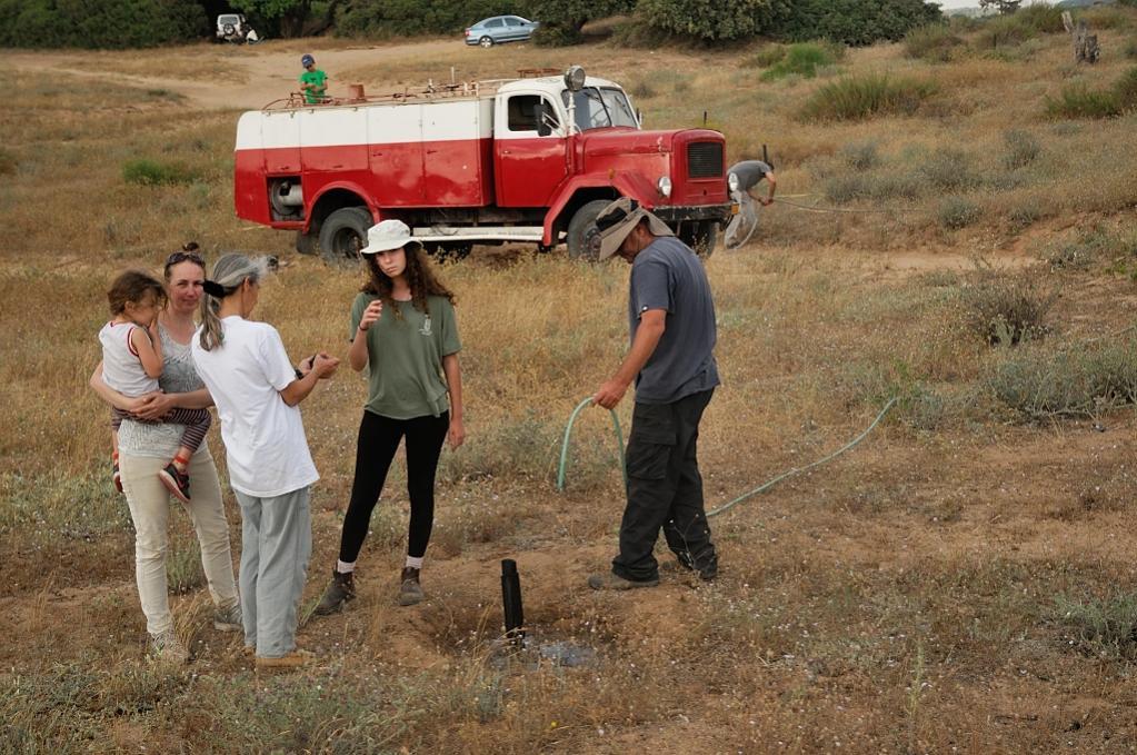 השקייה של עצי אלון ביער האלונים החדש באזור השרון על ידי משאית כיבוי אש מדגם מגירוס