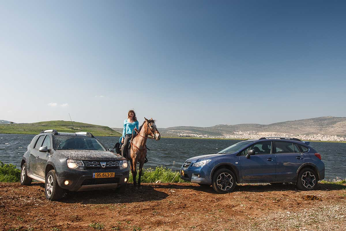 דאצ'יה דאסטר 2015 וסובארו XV במבחן דרכים ראש בראש,  הסוס והדוגמנית לא קשורים