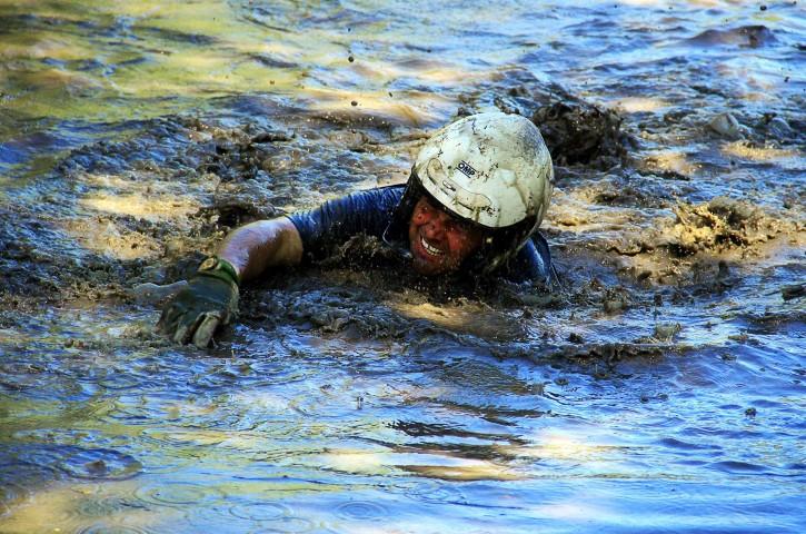 חציית נהרות היא לא משחק ילדים, במיוחד כשיש לך כבל של כננת ביד