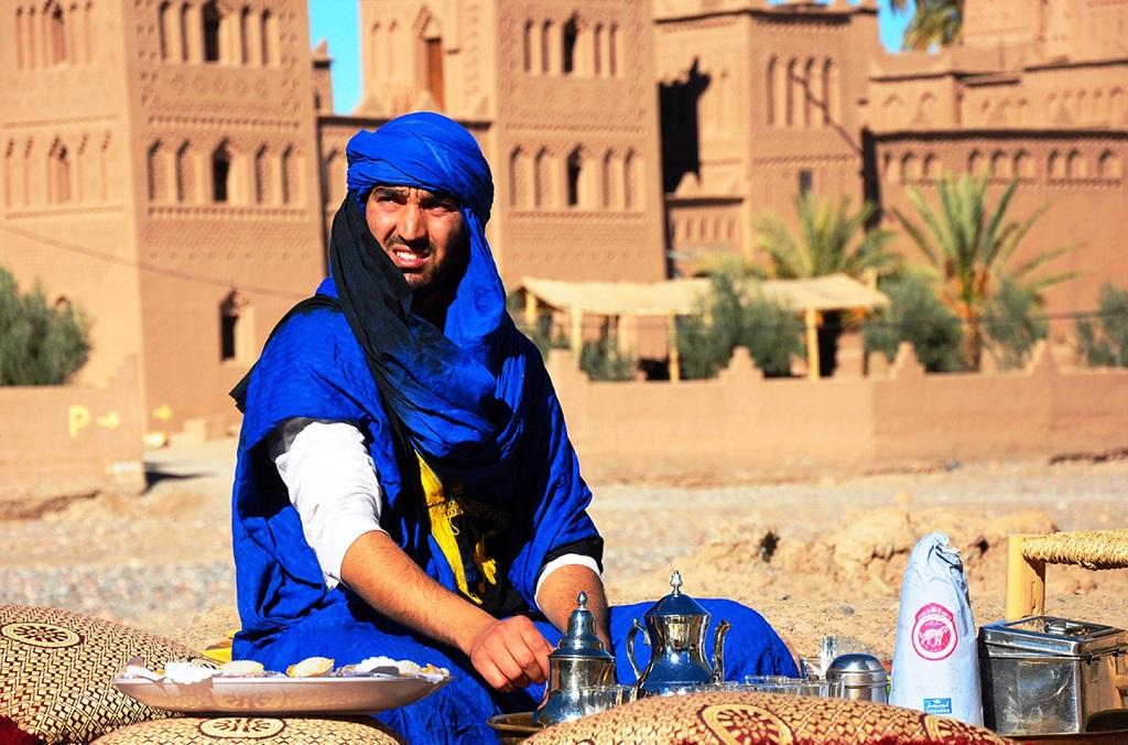 מוכר קפה אמיתי במהלך טיול ג'יפים במרוקו