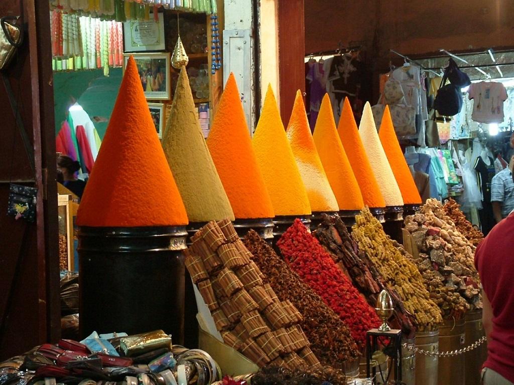 חנות תבלינים קלאסית וצבעונים עם טעמים וריחות מיוחדים במהלך טיול רכבי 4X4 במרוקו