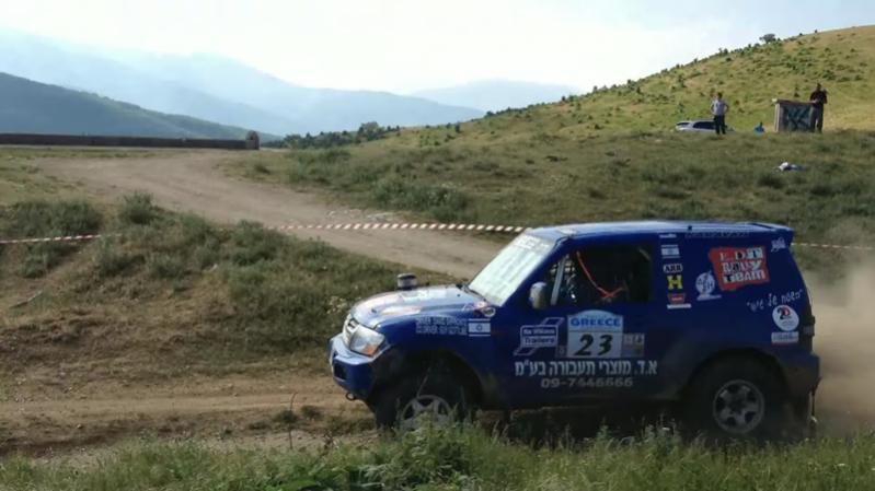 פאג'רו קינג בצבע כחול של א. ד. מוצרי תעבורה יצרנית ווי גרירה ונגררים על רקע שבילים ושדות ירוקים בפלורינה שביוון