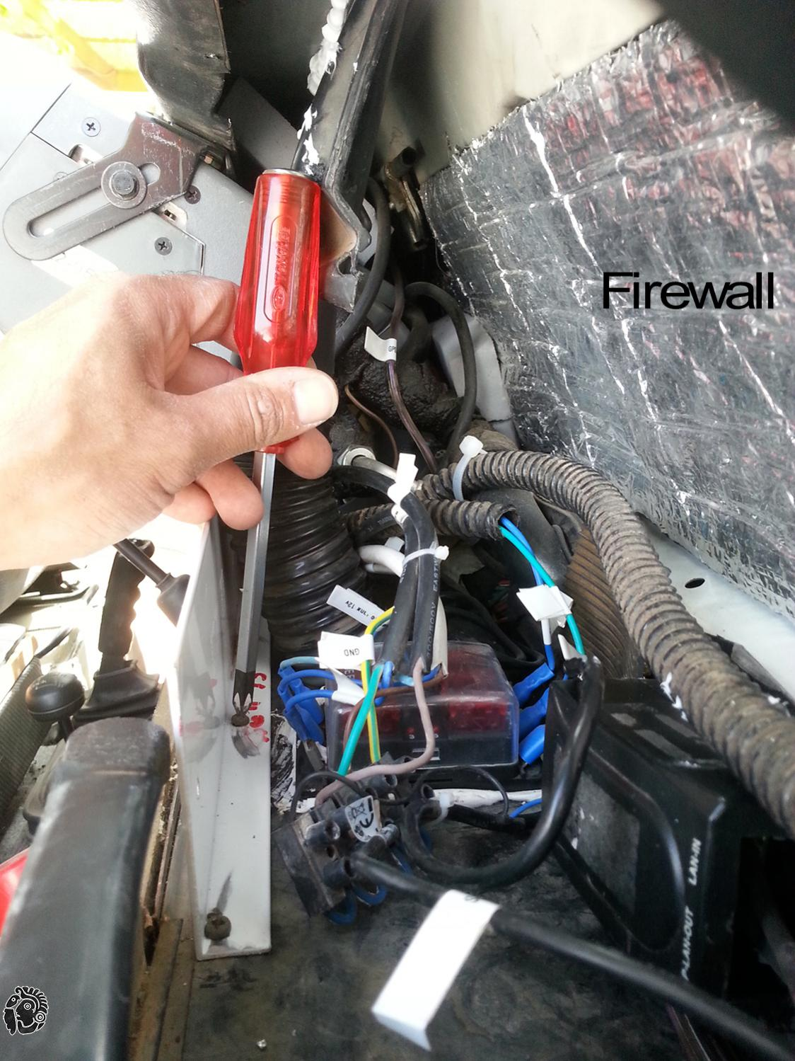 מברג פיליפס וחיווט חוטי חשמל ברכב