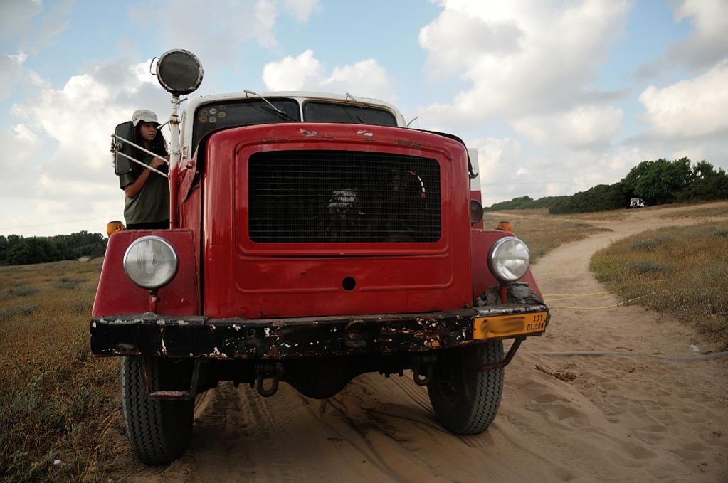 משאית מכבי אש בשטח ללא לוחמי אש