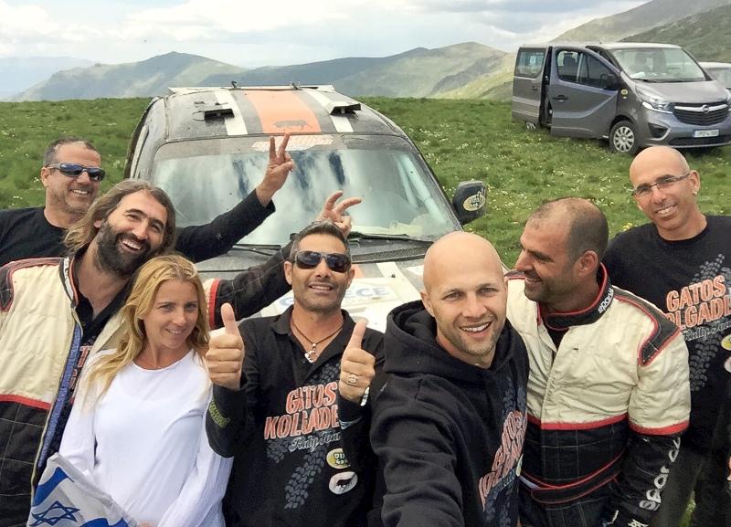 אחוות מתחרים ישראלים בראלי יוון 2015 על רקע הנוף של גבול מקדוניה